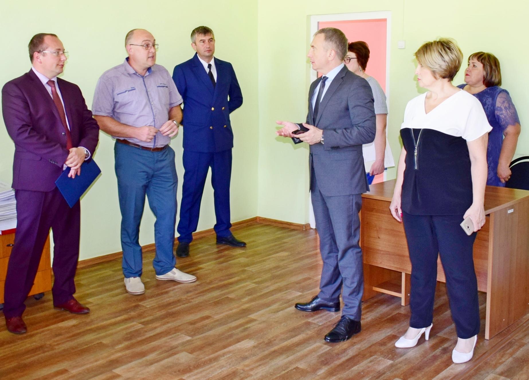Сергей Трухачев справа посмотрел в каких условиях работает мировой суд
